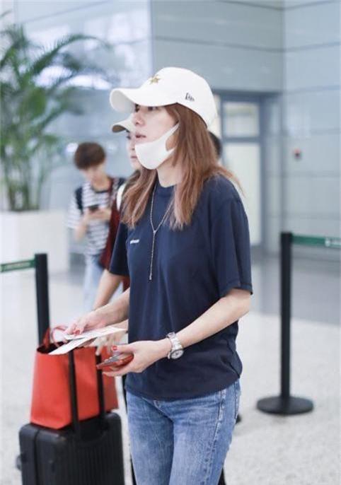 Triệu Vy tự tin khoe mặt mộc tại sân bay - Ảnh 3.