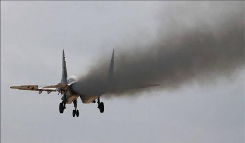 Cột khói đen mù mịt từ động cơ RD-33 của tiêm kích MiG-29