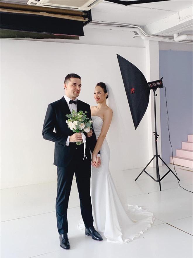 Siêu mẫu Phương Mai khoe hậu trường chụp ảnh cưới nhưng biểu cảm của chồng Tây mới gây chú ý! - Ảnh 1.