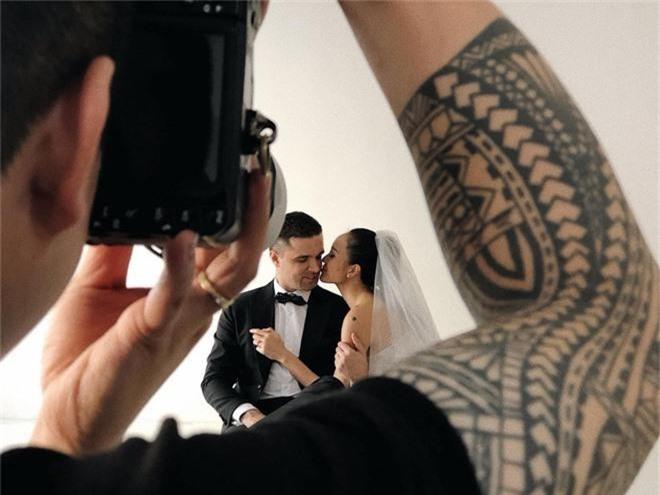 Siêu mẫu Phương Mai khoe hậu trường chụp ảnh cưới nhưng biểu cảm của chồng Tây mới gây chú ý! - Ảnh 4.