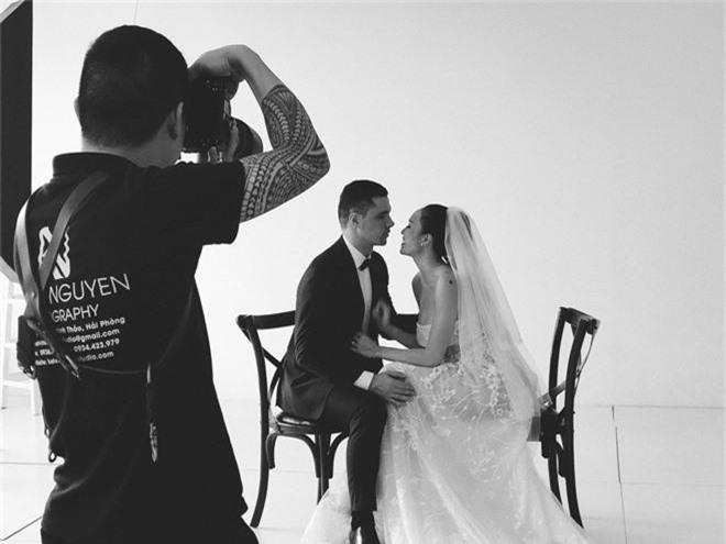 Siêu mẫu Phương Mai khoe hậu trường chụp ảnh cưới nhưng biểu cảm của chồng Tây mới gây chú ý! - Ảnh 5.