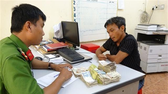 Vào bệnh viện trộm thùng tiền từ thiện - 1