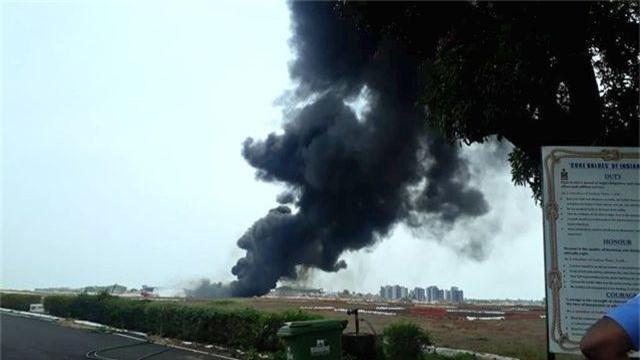 Máy bay chiến đấu Ấn Độ làm rơi bình nhiên liệu khi đang cất cánh - 1