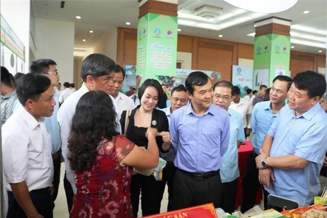 Đại diện Central Group Việt Nam (áo đen ở giữa) trao đổi danh thiếp của nhà cung cấp để nhanh chóng kết nối đưaa hàng vào Big C