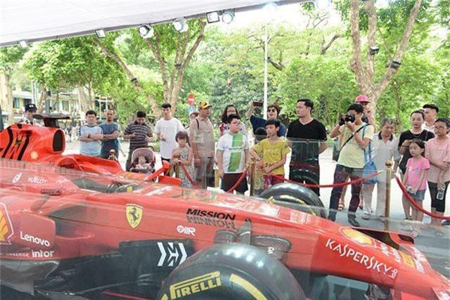Chiêm ngưỡng siêu xe F1 Ferrari ngay tại Hồ Gươm - 4