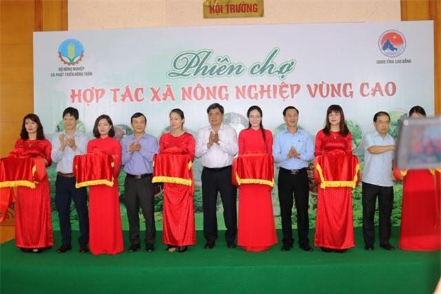 Nghi thức khai mạc Phiên chợ Hợp tác xã nông nghiệp vùng cao diễn ra tại Thành phố Cao Bằng
