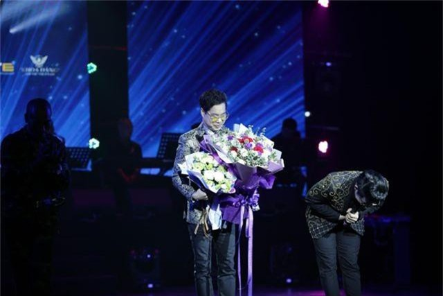 Ngọc Sơn bật khóc trên sân khấu sau 30 năm đi hát - 10
