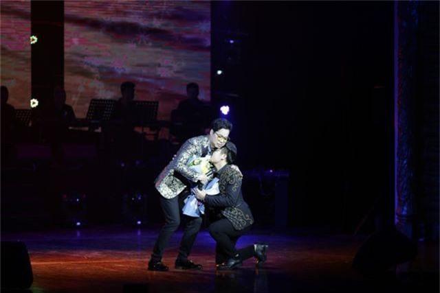 Ngọc Sơn bật khóc trên sân khấu sau 30 năm đi hát - 9