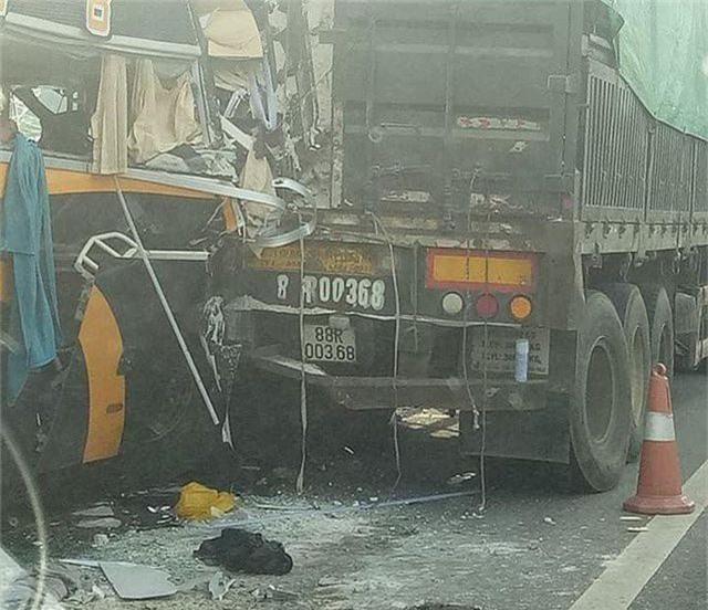 5 người nhập viện sau cú đâm cực mạnh của xe khách vào xe tải - 1