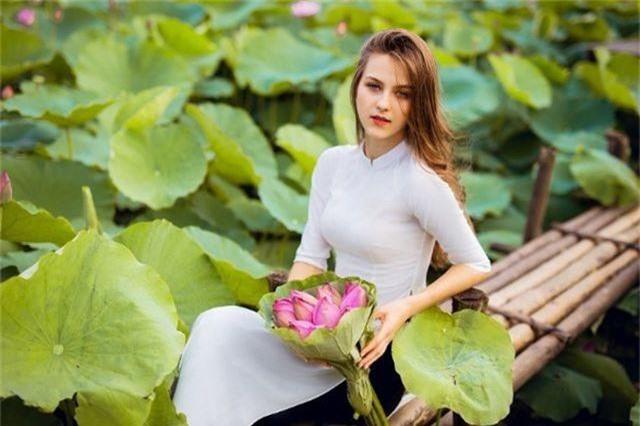 """Bộ ảnh thiếu nữ ngoại quốc thả dáng bên hoa sen gây """"sốt"""" mạng - 10"""