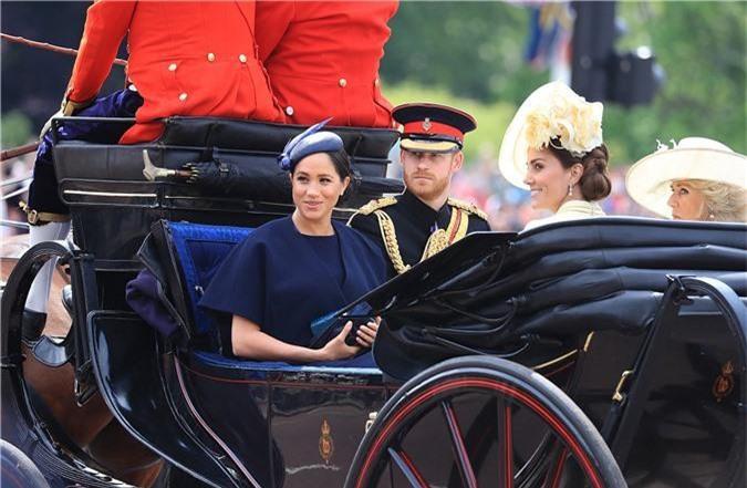 """Hoàng tử Harry gây chú ý với gương mặt """"lạnh như tiền"""", không mấy vui vẻ khi ngồi cạnh vợ Meghan và lý do khiến ai cũng ngỡ ngàng - Ảnh 1."""