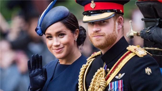 """Hoàng tử Harry gây chú ý với gương mặt """"lạnh như tiền"""", không mấy vui vẻ khi ngồi cạnh vợ Meghan và lý do khiến ai cũng ngỡ ngàng - Ảnh 2."""