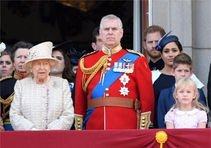 """Hoàng tử Harry gây chú ý với gương mặt """"lạnh như tiền"""", không mấy vui vẻ khi ngồi cạnh vợ Meghan và lý do khiến ai cũng ngỡ ngàng - Ảnh 3."""
