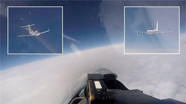 Khoảnh khắc Su-27 Nga chặn máy bay do thám Mỹ áp sát biên giới - 1