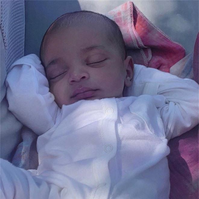 Lần đầu xuất hiện, bé út mới sinh nhà Kim Kardashian gây sốt vì quá xinh nhưng cái tên lại khiến netizen bối rối - Ảnh 1.