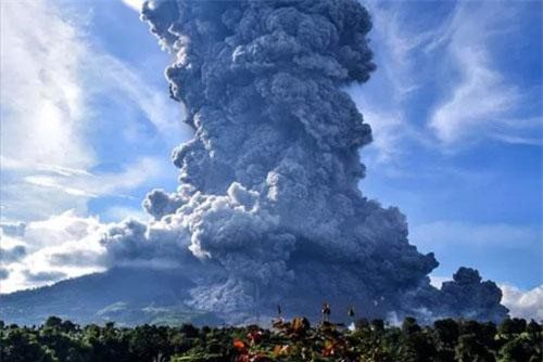 Núi lửa Sinabung ở Sumatra phun cột khói cao ngút. Ảnh: EPA.