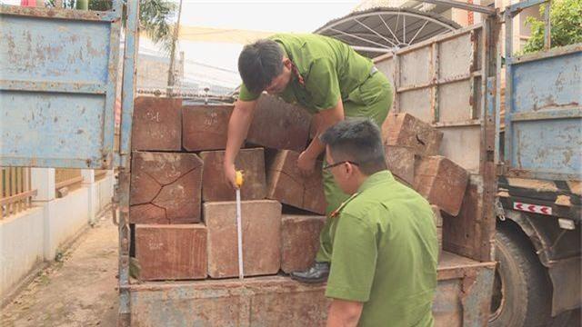 Truy tìm tài xế lái xe chở gỗ lậu tông vào công an rồi bỏ trốn - 1