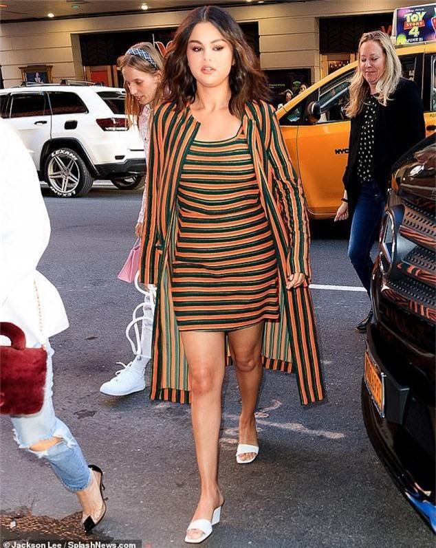 Selena Gomez lộ nọng cằm, bụng to bất thường nhưng nguyên nhân sau đó khiến ai cũng phải xót xa - Ảnh 2.