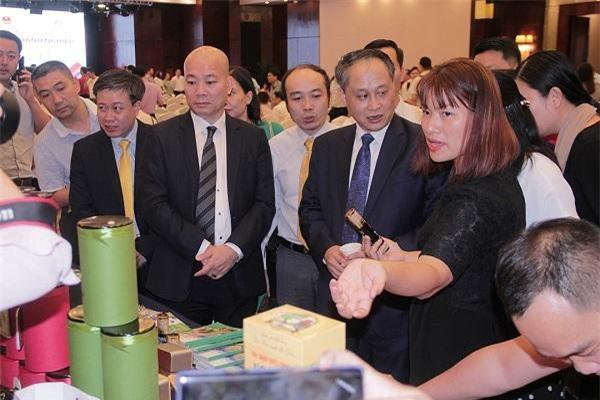 Giao dịch thương mại sôi động giữa các doanh nghiệp Việt Nam và Trung Quốc tại hội nghị. (Ảnh: CXtTM)