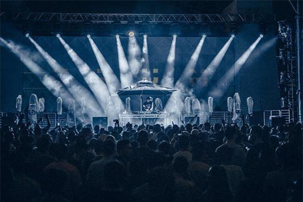 Thứ âm nhạc mà Grum mang tới cho khán giả vừa đúng tinh thần Anjunabeats, lại vừa có những nét riêng mang đậm dấu ấn cá nhân.