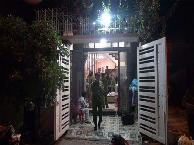 Cơ quan Công an khám nhà đối tượng Nguyễn Thắng, thu giữ nhiều vũ khí nóng. (Ảnh: Công an Quảng Ngãi)