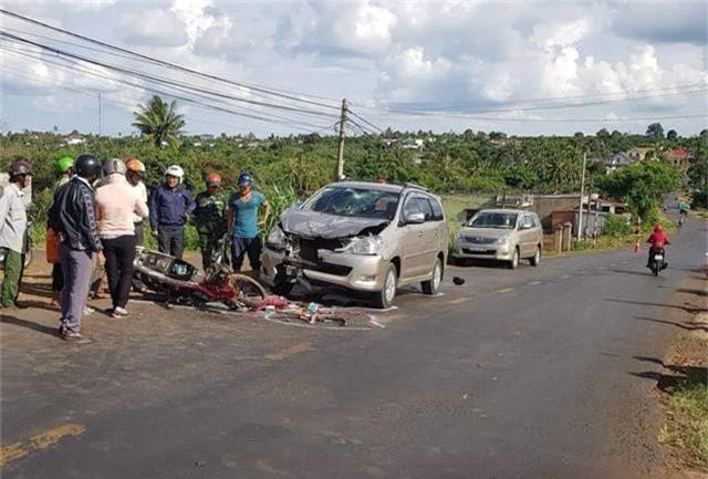 Hai học sinh lớp 9 đi xe máy bị ô tô tông nguy kịch khi đổ dốc - 1