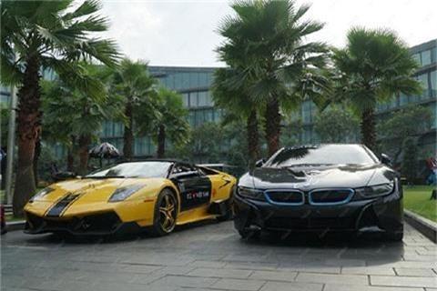 Lamborghini Murcielago Roadster và BMW i8