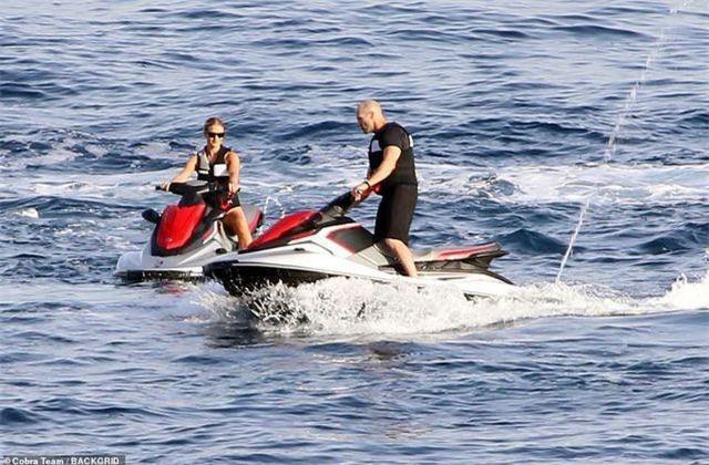 Siêu mẫu 32 tuổi Rosie Huntington-Whiteley và bạn trai 52 tuổi Jason Statham đang tận hưởng kỳ nghỉ ở Ý