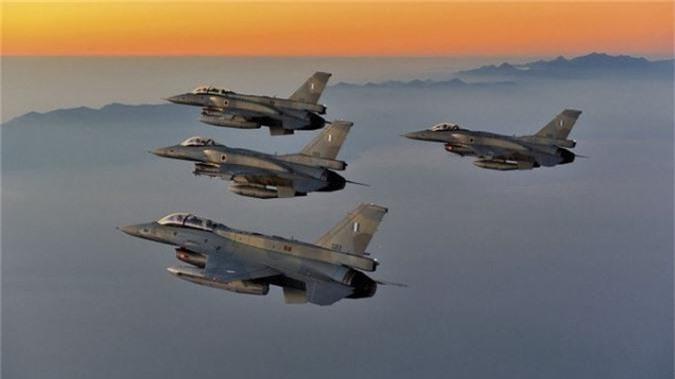 """Bulgaria """"che ong che eo"""" chien dau co F-16 cua My-Hinh-5"""