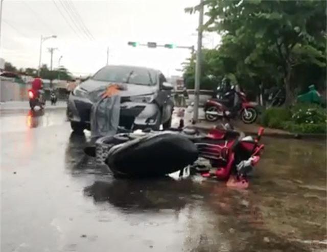 Ô tô 4 chỗ tông 2 xe máy, 2 người bị thương nặng - 1