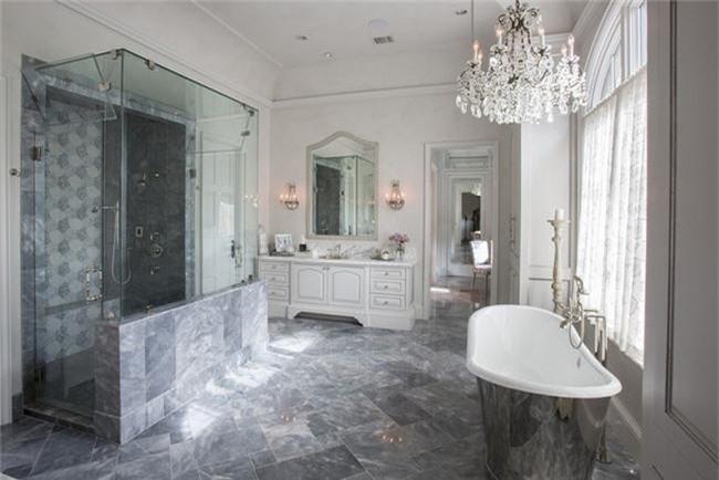 Nâng tầm vẻ đẹp của căn phòng tắm gia đình với thiết kế đèn chùm rực rỡ - Ảnh 16.