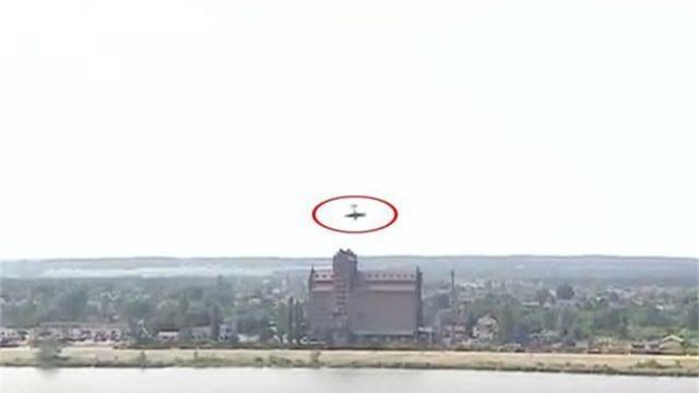 Nhào lộn sai kỹ thuật, máy bay lảo đảo lao xuống sông tại Ba Lan - 1