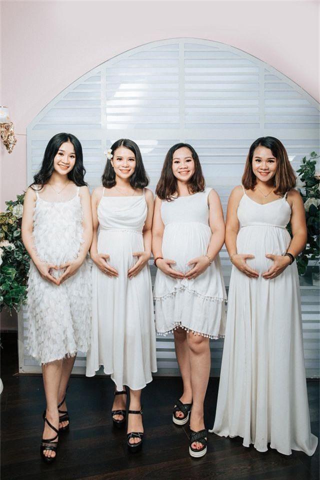 """4 chị em ruột cùng mang bầu rủ nhau chụp hình kỷ niệm gây """"bão"""" mạng - 1"""