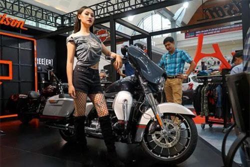Mỹ nhân tạo dáng bên chiếc Harley-Davidson CVO Street Glide giá xấp xỉ 2 tỷ đồng, trang bị động cơ Milwaukee-Eight 117, dung tích 1.923 phân khối, phun xăng điện tử.