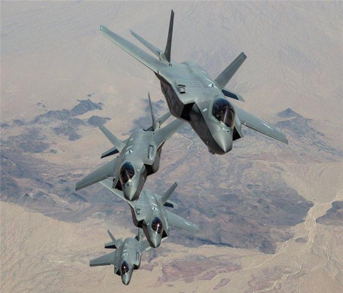 Một đội máy bay F-35 triển khai đội hình gần Căn cứ không quân Luke, Arizona, Mỹ. (Ảnh: Business Insider)