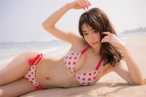 Rika Izumi sinh ngày 11/10/1988 tại Kyoto, Nhật Bản.