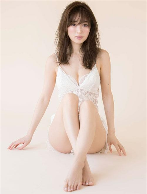 Rika đang là người mẫu, diễn viên, ca sĩ nổi tiếng đến từ xứ sở hoa anh đào.