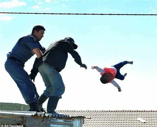 Sốc với cha ném con từ mái nhà để phản đối chính quyền - 2