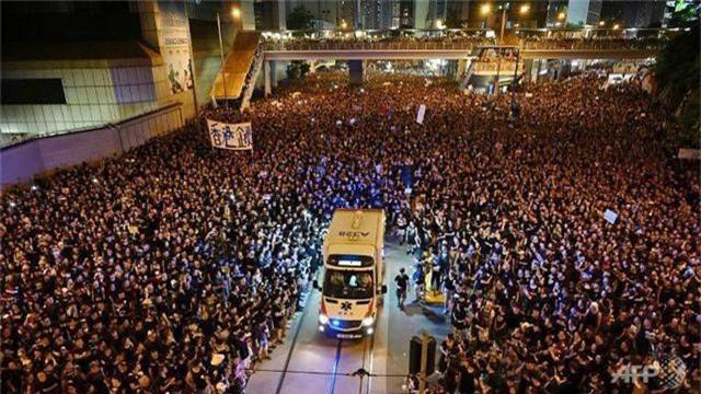 """Sốt video """"biển"""" người biểu tình Hong Kong mở đường cho xe cứu thương - 1"""