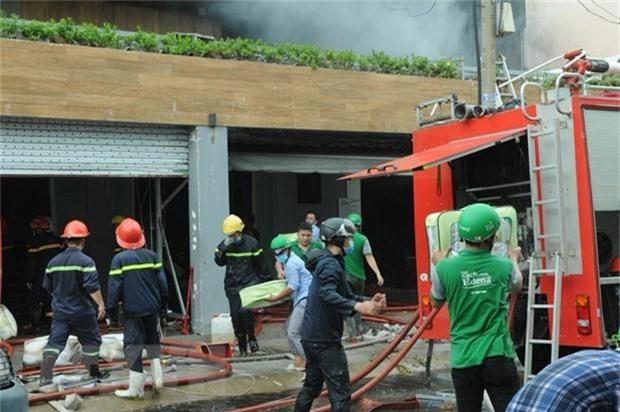 TP.HCM: Cháy công ty lan sang nhà dân - Ảnh 1.