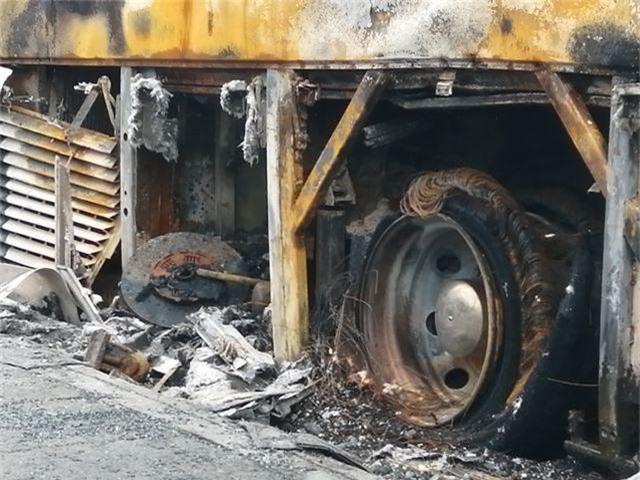 Xe đang chở nhiều hành khách bất ngờ cháy trơ khung - 3