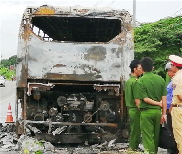 Xe đang chở nhiều hành khách bất ngờ cháy trơ khung - 4