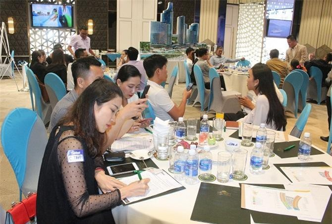 Hàng chục khách hàng đã ký phiếu đăng ký nguyện vọng tư vấn đầu tư dự án (Ảnh: VH)
