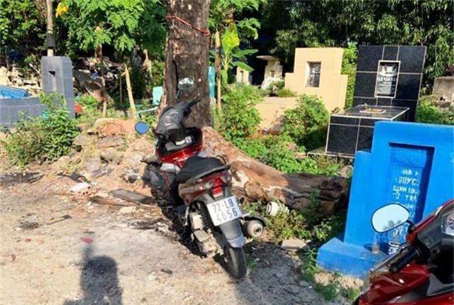 Bị CSGT truy đuổi, tên trộm vứt xe trong nghĩa địa - 1