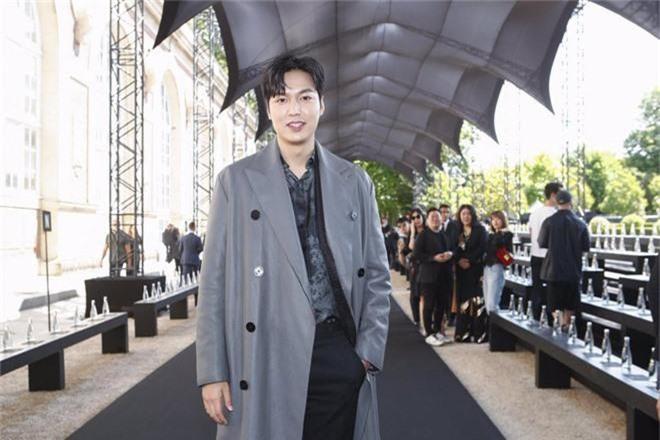 Khiến fan quốc tế náo loạn tại Paris, Lee Min Ho sao vẫn hóa bánh bao bên tài tử Hoa ngữ Bành Vu Yến thế này?  - Ảnh 4.