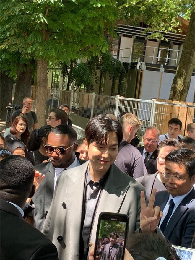 Khiến fan quốc tế náo loạn tại Paris, Lee Min Ho sao vẫn hóa bánh bao bên tài tử Hoa ngữ Bành Vu Yến thế này?  - Ảnh 5.