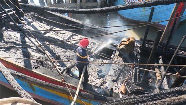Tàu cá đang neo đậu bốc cháy, ngư dân thiệt hại 2 tỷ đồng - 1
