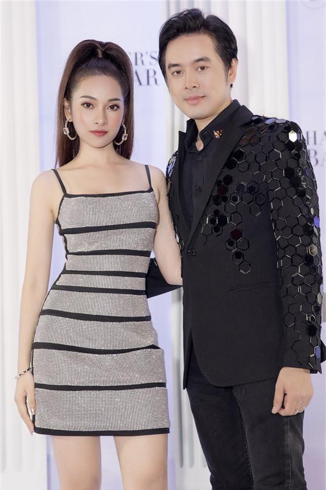 Bà xã Dương Khắc Linh diện đầm bó sát, pose dáng đủ các góc đập tan nghi vấn mang thai - Ảnh 1.
