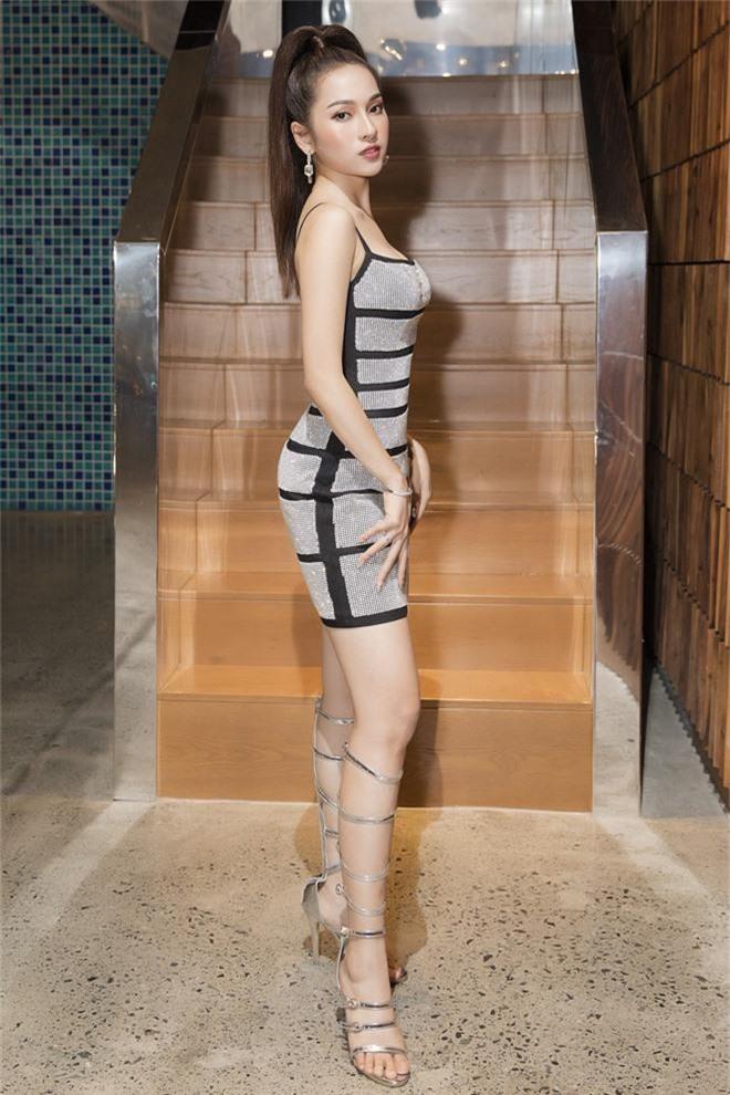 Bà xã Dương Khắc Linh diện đầm bó sát, pose dáng đủ các góc đập tan nghi vấn mang thai - Ảnh 2.
