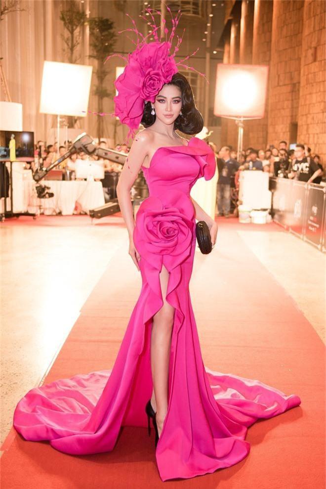 Thảm đỏ lố nhất Việt Nam: Nếu Phương Khánh là đóa hoa thì Jolie Nguyễn chính là giấy gói quà, riêng Nam Em... quên mặc quần - Ảnh 1.